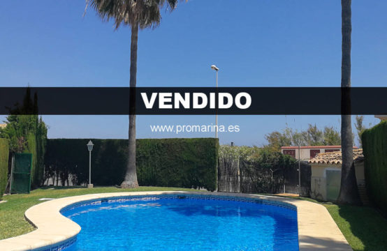 Townhouse with sun all day located in front of the beach of Oliva